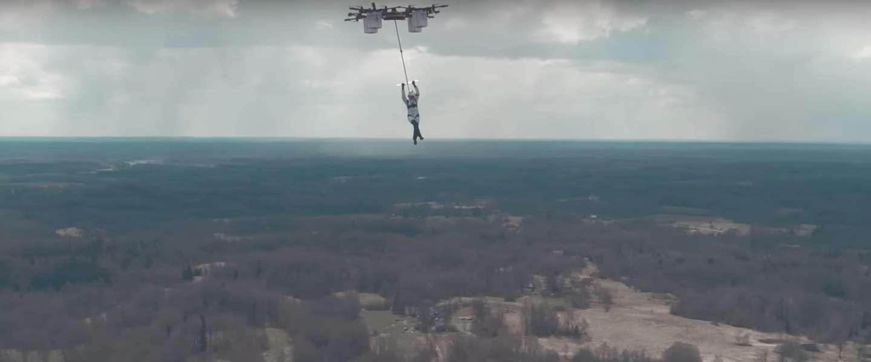 Primeur: deze drone tilt iemand 330 meter de lucht in