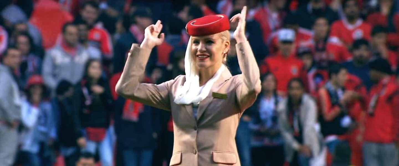Stewardessen Emirates doen veiligheidsinstructies bij Benfica