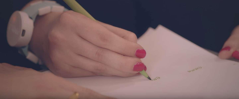 Wearable Emma Watch laat Parkinson-patiënten schrijven zonder trillen