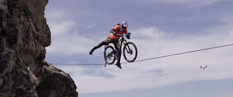 Deze man balanceert op een fiets boven een klif van 112 meter diep