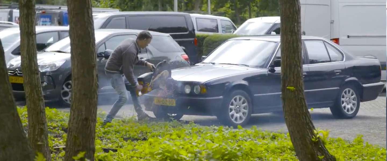 Leuke campagne: man zaagt auto letterlijk doormidden