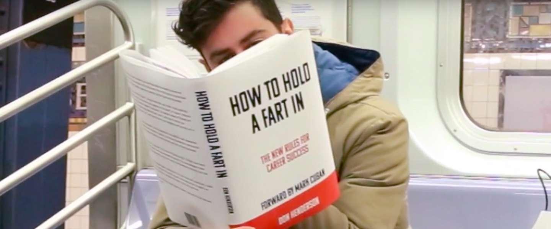 Hilarisch: man leest raarste boeken in metro