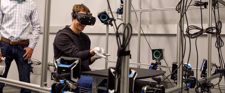 Mark Zuckerberg toont nieuwe vr-handschoen in Oculus lab