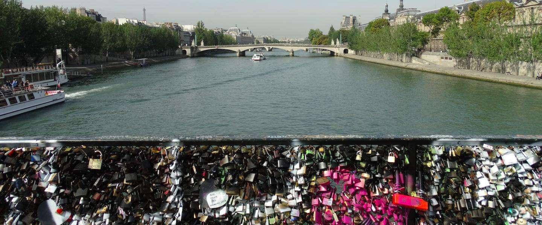 Selfies met #lovewithoutlocks moeten slotjes op de Parijse slotjesbrug gaan vervangen