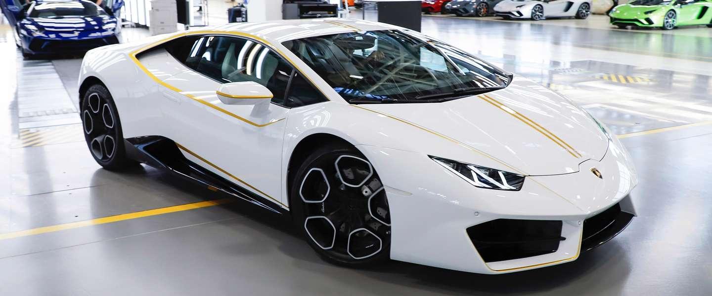 Deze witte Lamborghini is van de paus (maar hij doet 'm weg)