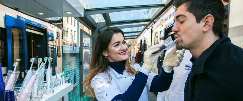 Philips maakt pop-up badkamer in tramhokje in Amsterdam