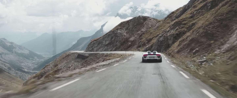 Video: negentien Porsches 918 Spyder in colonne door de Alpen