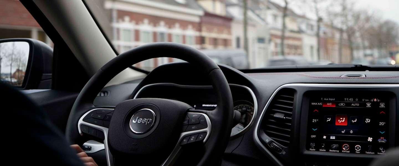 8 dingen die je doet wanneer je alleen in de auto zit