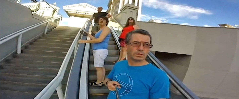 Deze man filmt de hele vakantie zichzelf in plaats van de omgeving