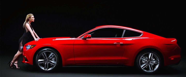 Sienna Miller flirt met nieuwe Ford Mustang
