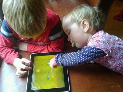 2011mrt17 KA 1248 Dide en Denneth met iPad2