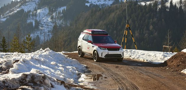 Land_Rover_Discovery_drone_red_cross_9