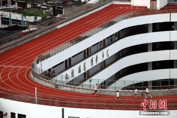 Only-in-China-–-Running-Track-built-on-Top-of-Roof-6-610x406