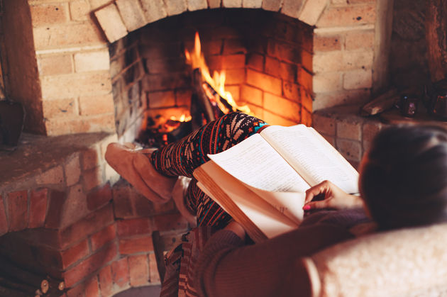 Картинки по запросу девушка с книгой у камина