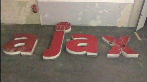 Oude stadionletters Ajax te koop op Marktplaats