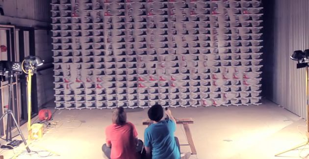 Space Invaders met 480 All-Stars (ja, de schoenen)