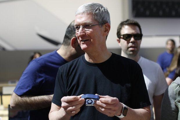 Tim Cook met twee Apple Watches