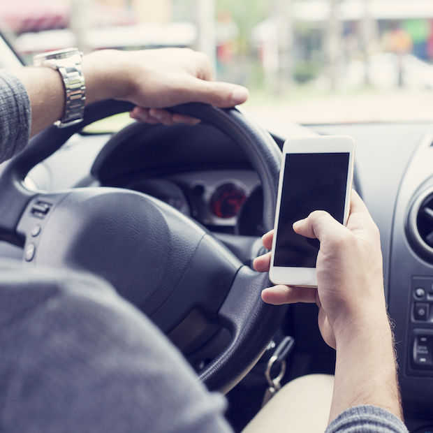 Minister Schultz wil totaalverbod op gebruik mobiele telefoon in de auto