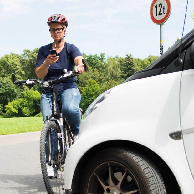 Minister Schultz gaat appen op de fiets verbieden