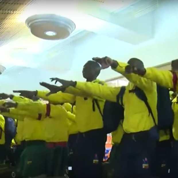 Zuid-Afrikaanse brandweermannen zingend op weg naar bosbranden