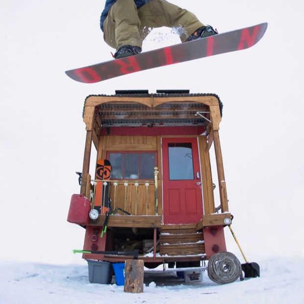 Gaaf: oude brandweerwagen omgebouwd naar ultieme snowboard-home