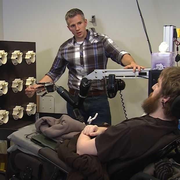 Robotarm en breinchips geven verlamde man gevoel terug