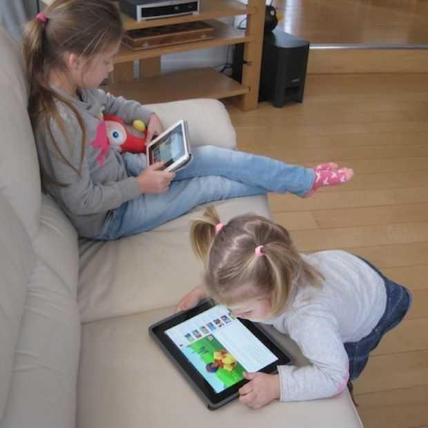 De swipe-generatie: 2-jarige Charlotte bedient razendsnel Netflix en andere Apps