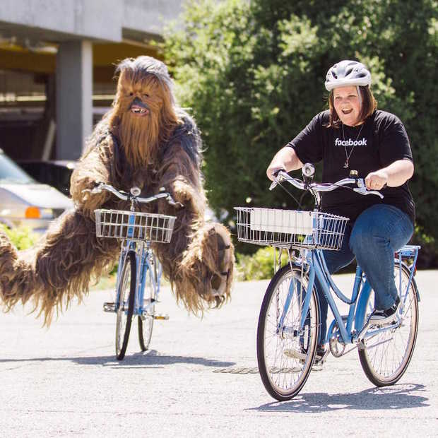 Chewbacca Mom bij het hoofdkantoor van Facebook