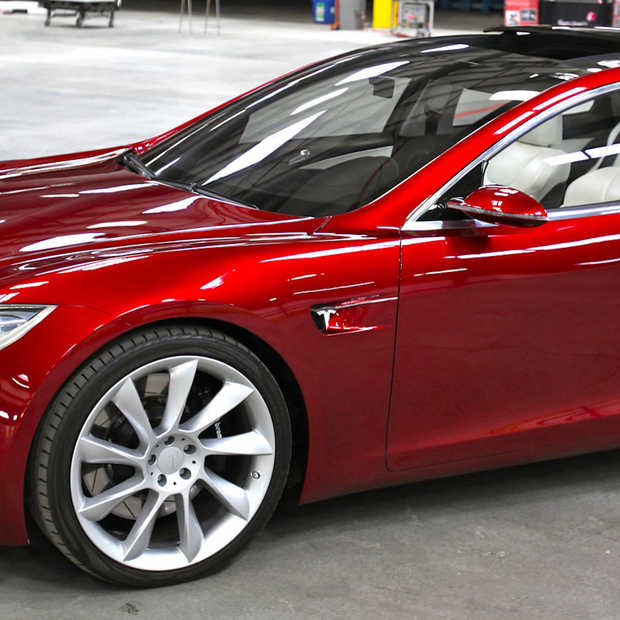 Automobilist doet dutje achter het stuur van zelfrijdende Tesla