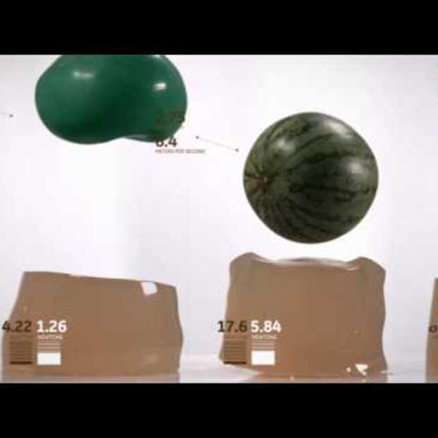 Awesome : Balls falling and boucing on gel In slow motion
