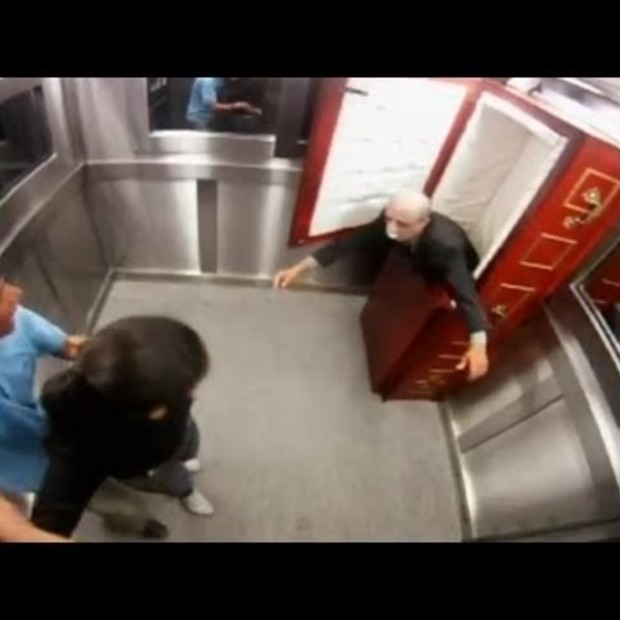 Weekend viral : The Gost (Corps) Elevator Prank (2)