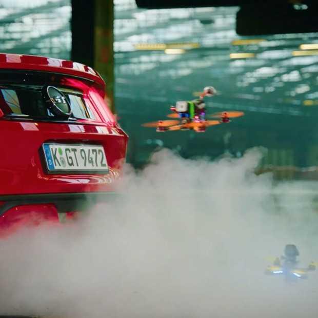 Beste dronebestuurders ter wereld strijden met rokende Mustang, driftende Focus RS en een robot