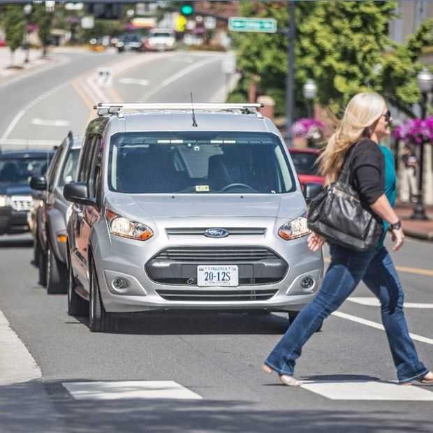 Ford rijdt lege nep-zelfrijdende auto rond om reacties te peilen
