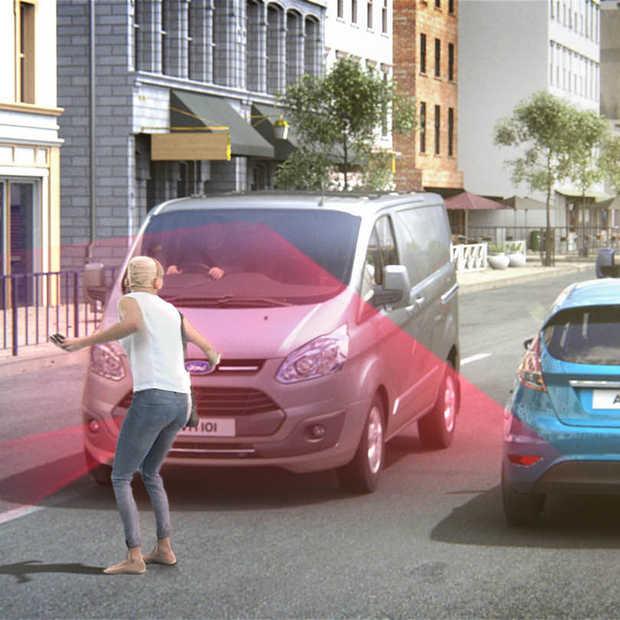 Busje remt automatisch als bestuurder niet oplet