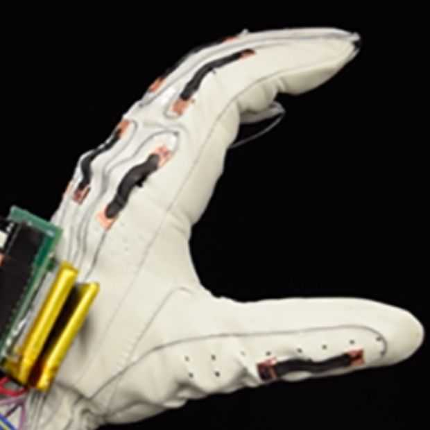 Deze slimme handschoen vertaalt gebarentaal; kan toekomst VR zijn