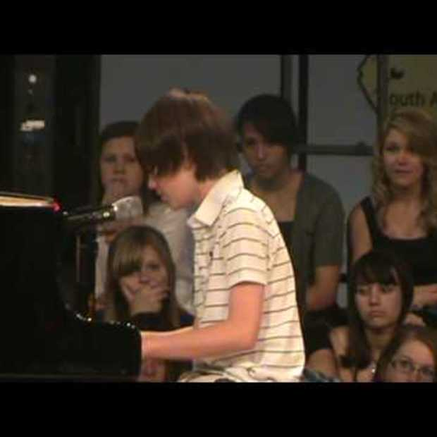 Greyson Chance Singing Paparazzi [Viral Video]