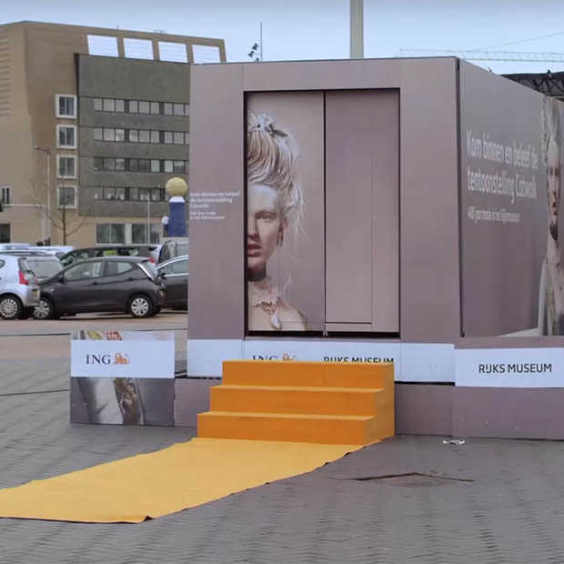 Huishoudbeurs stand transformeert tot rijdende bus