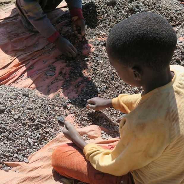Grondstoffen voor smartphone accu's worden gewonnen met kinderarbeid