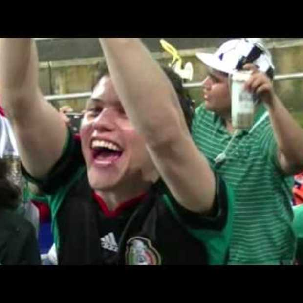 Nederland - Mexico Flashmob Bavaria Babes met Oranje jurkjes