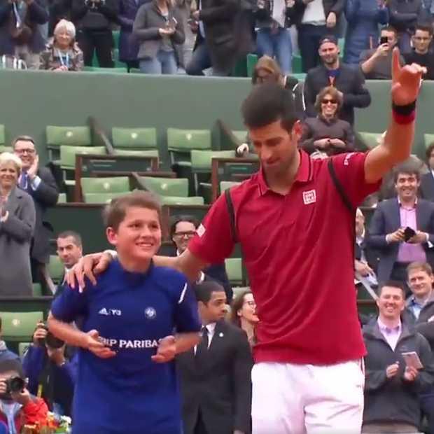 Prachtig: Novak Djocovic deelt overwinning met ballenjongen