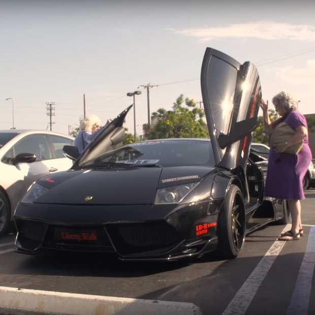 Dit gebeurt er als twee oma's in een Lamgorghini Murcielago rijden
