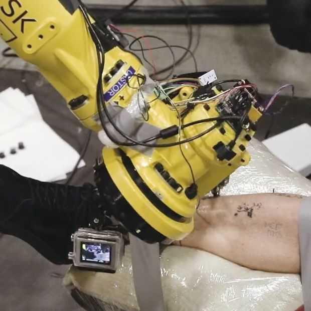 Primeur: deze robot zet als eerste een tattoo bij een mens
