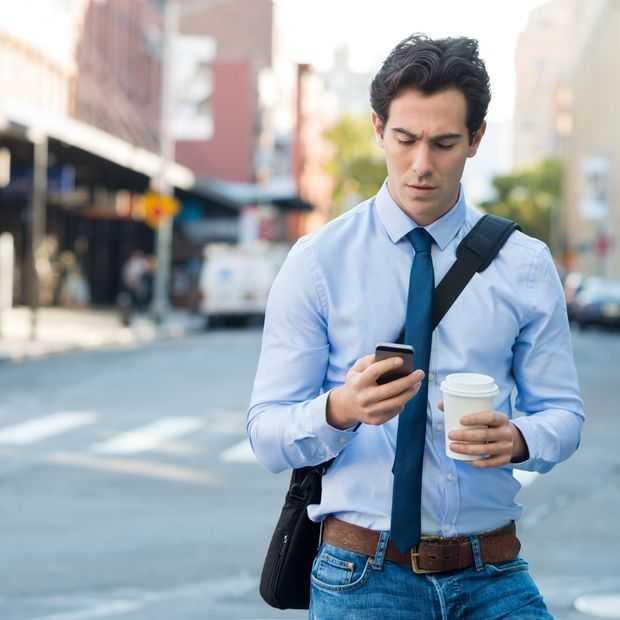 Op je telefoon tijdens het oversteken? Dat wordt strafbaar