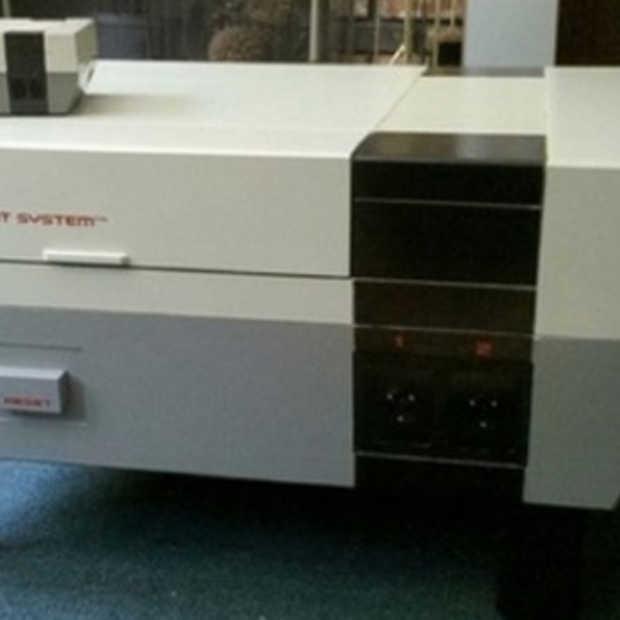 Supersize NES doet dienst als tafel én console
