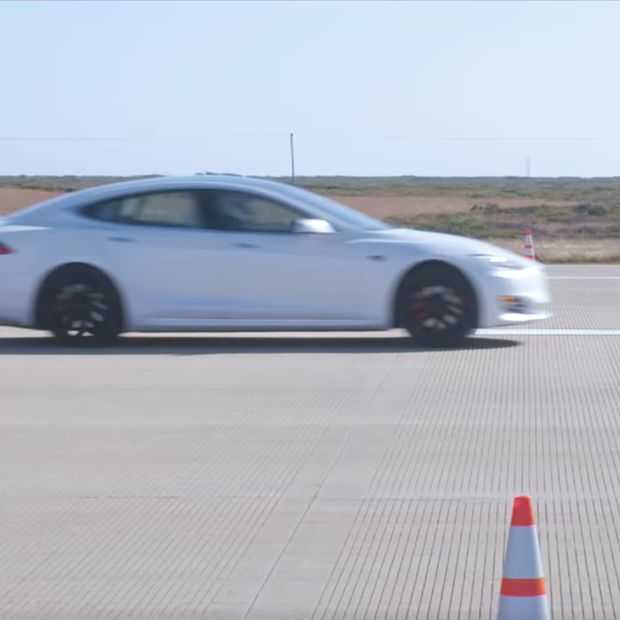 Drag Race: Tesla Model S P100D vs Porsche 911 Turbo S & Ferrari 488 GTB