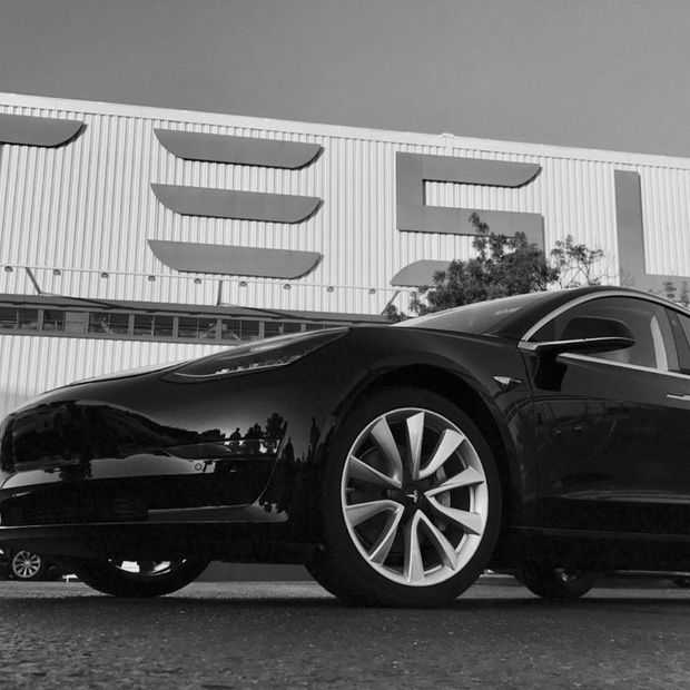 Dit is hem: de eerste Tesla Model 3 die van de band is gerold
