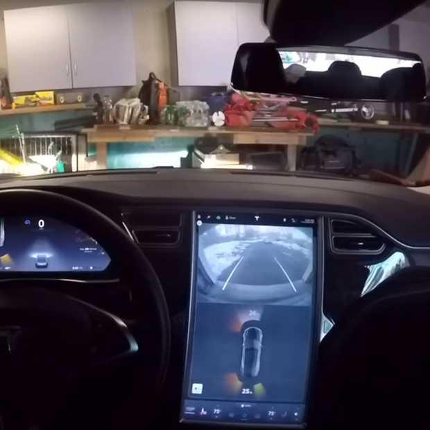 Met de 'summon' functie parkeert deze Tesla helemaal zelf