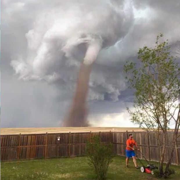 Man maait gras met tornado in de achtergrond en gaat viraal