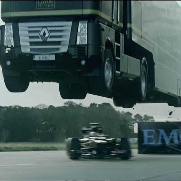 Een recordverbrekende Truck Jump van Lotus F1 en EMC