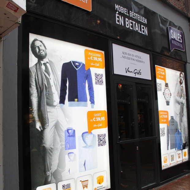 Winkelen met je smartphone in Pop-Up Store Van Gils